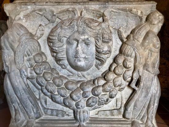 Girlandlı Lahit (Roma Dönemi MS II. yy Hierapolis) - Sarcophagus With Garland (Roman Period II nd century Hierapolis)